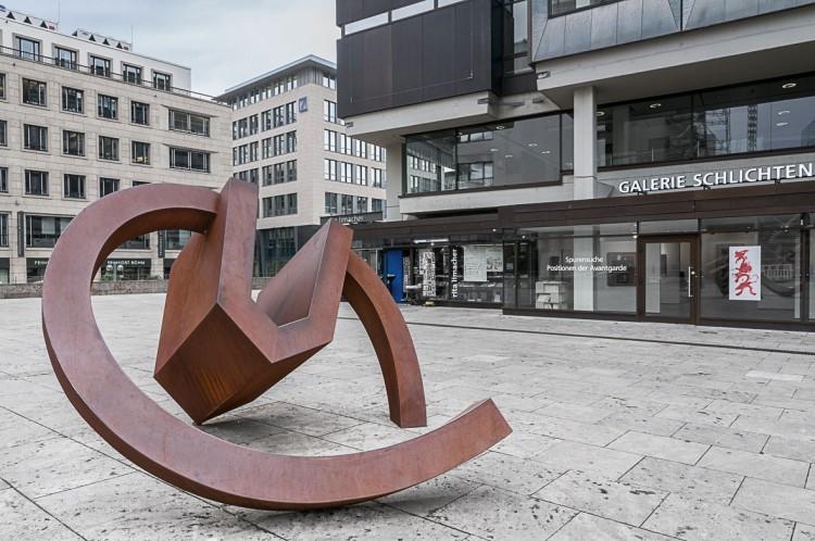 Art Alarm – Werner Pokorny, »Haus, drehend«, 1990, Cortenstahl, 235 × 430 × 400 cm