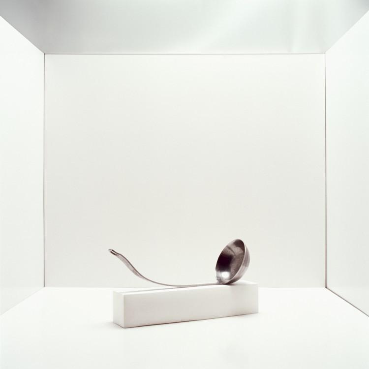 Art Alarm – Simone Demandt, b28,12#05, Suppenkelle, 2012, Serie Instrumenta Sceleris, Pigmentdruck auf Papier, 60 x 60 cm © VG Bild Kunst 2016