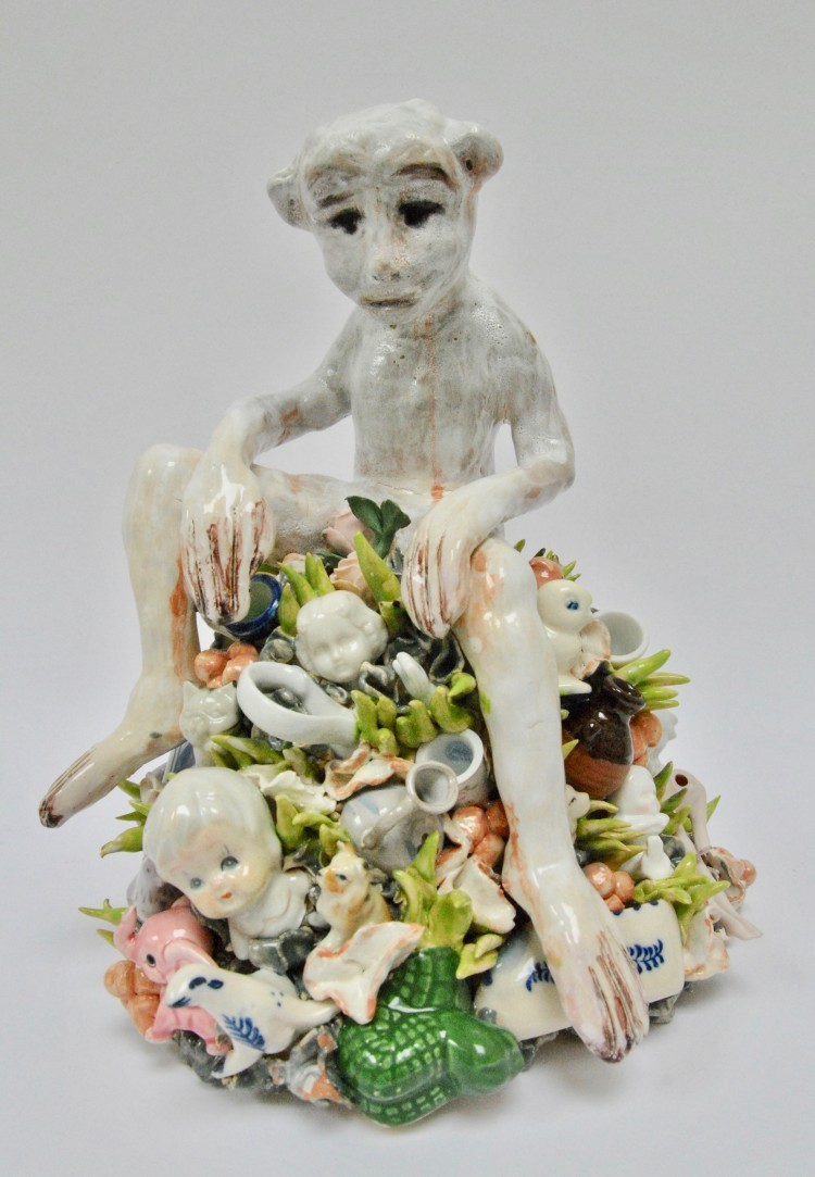 Art Alarm – Beate Höing, Fool, 2019, Ton, Fundstücke aus Porzellan, 30 x 24 x 25 cm