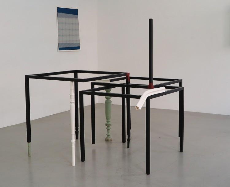 Art Alarm – Vanessa Henn, Proposing my Position, Tischgestelle, Holz, Porzellan, 146,5 x 140 x 159 cm.